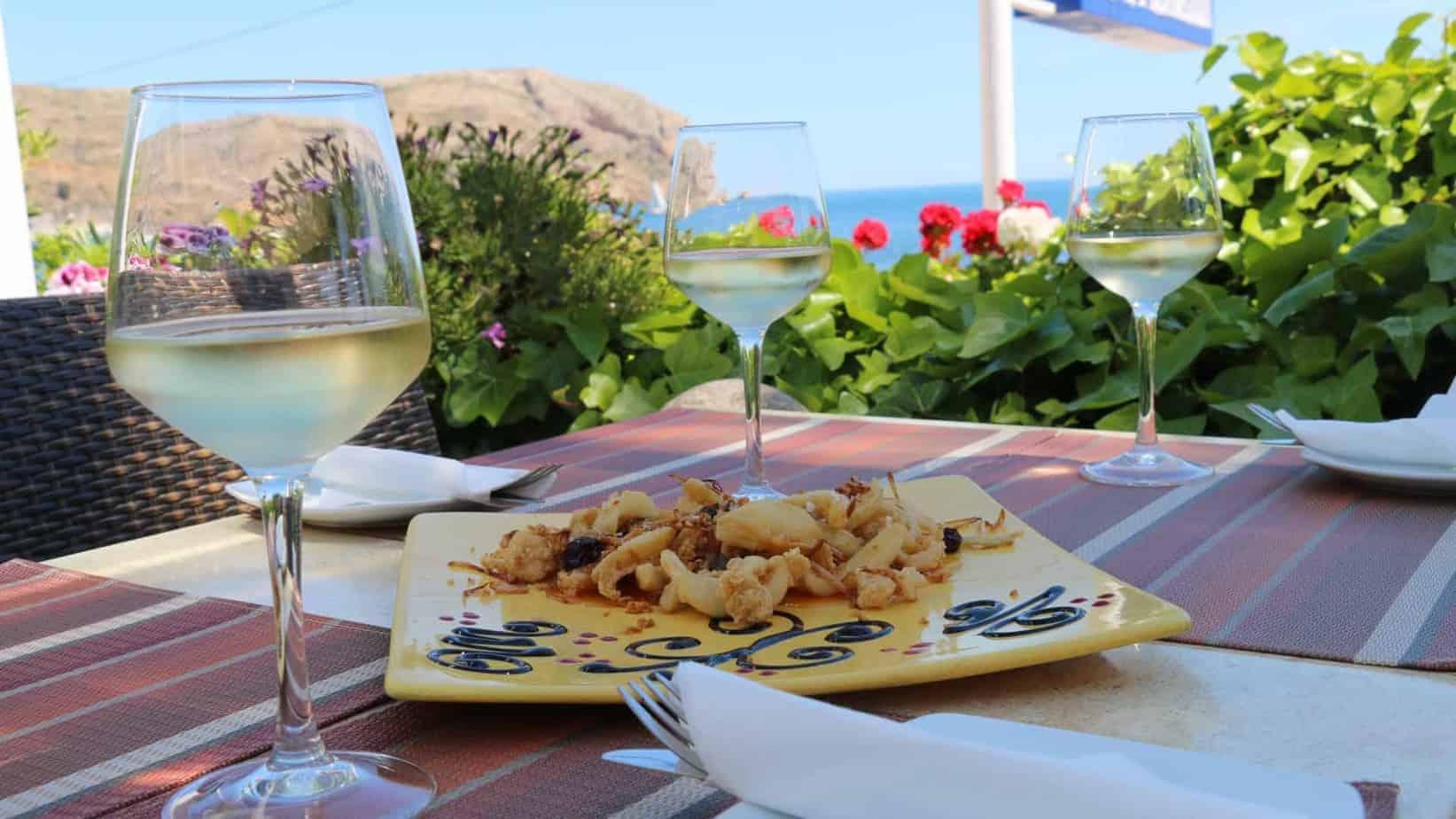 Saborea la cocina tradicional mediterránea con las mejores vistas al Mediterráneo