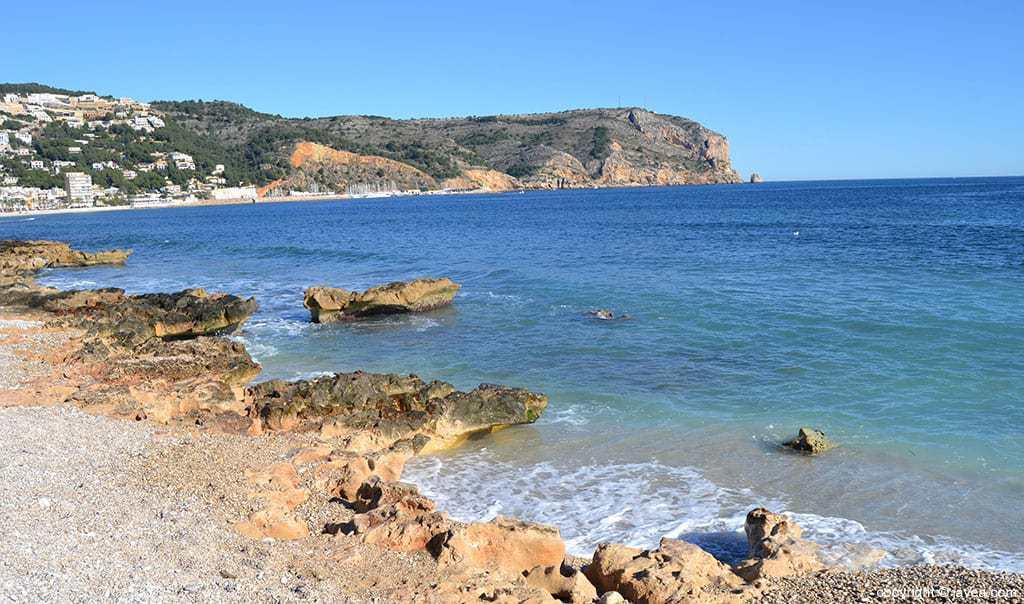 vista del cabo de san antonio desde la playa del benissero